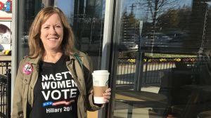 Liz Essex står med en kaffekopp i handen och väntar på att bilkaravanen till Pennsylvania ska starta,