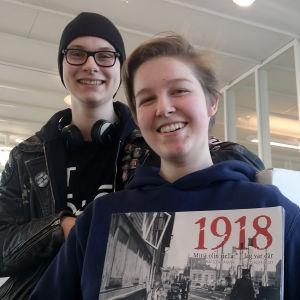 Harald Sirve och Sonja Krogius har provläst läroboken om 1918.