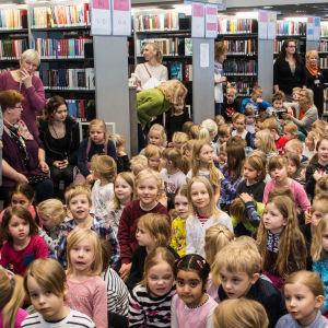 Hav av barn i biblioteket