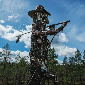 Puusta tehty patsas Kammikylässä Nummijärvellä.