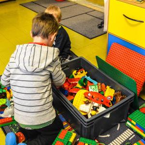 Barn som leker på daghemmet