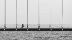 Cyklist cyklar över bro.