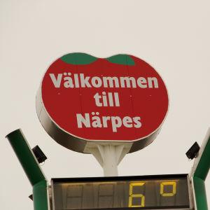 En skylt som ser ut som en tomat med texten välkommen till Närpes.