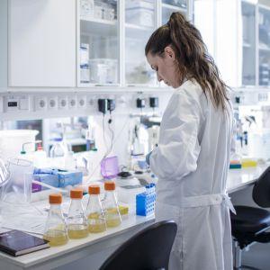 Ett laboratorium där en kvinna jobbar med att ta fram ett vaccin mot coronaviruset som orskar sjukdomen covid-19.