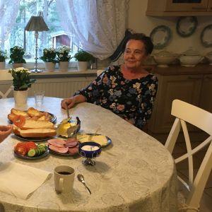 Margita Lindholm vid köksbordet