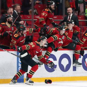 Avangard Omsk firar KHL-titeln.