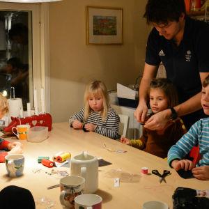 Reflexpyssel kring familjen Ramstedts köksbord