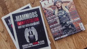 En plansch med reklam för Mammors manifestation på Sergels torg.