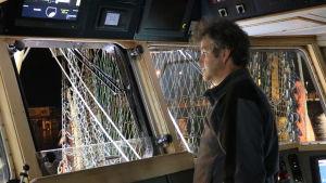 Fiskaren Job Schot på bryggan av sin trålare.