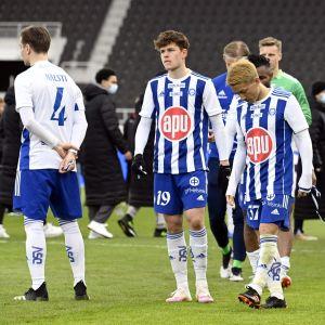 Besvikna HJK-spelare efter cupfinalen.