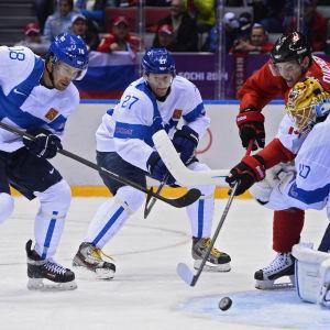Duell framför Finlands mål.