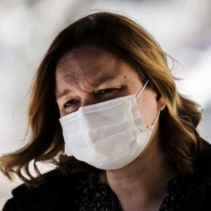 Familje- och omsorgsminister Krista Kiuru i närbild med ett munskydd över ansiktet. Bilden är tagen den 14 april 2021.