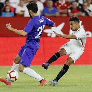 Sevillas Jesus Navas skjuter mål mot Ujpest.