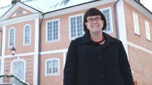 Mikaela Nylander framför Borgås gamla rådhus.