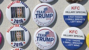 Kampanjprylar till salu under Donald Trumps valmöte.