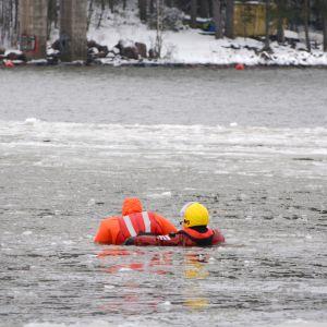 Räddningsverket i östra nyland har en räddningsövning i isvattnet