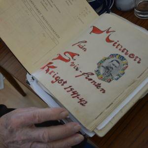 """Gammal dagsboks första blad med texten """"Minnen från Svir-fronten Kriget 1941-42""""."""