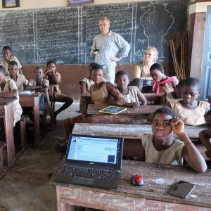 Koululaisia Beninissä Wikipediaa koskevalla oppitunnilla.