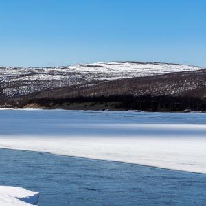 Tenojoen varrella toukokuussa, upeat tunturit ja joki vielä jäässä.