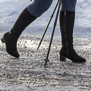 Kvinnas ben på hal väg.