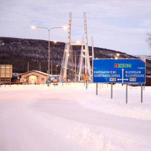 Utsjoen tullin rakennus ja Saamen silta.