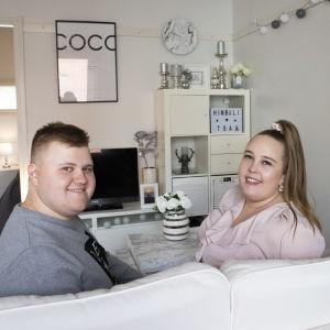 Onni Pitkänen ja Sandra Kurki olohuoneen sohvalla