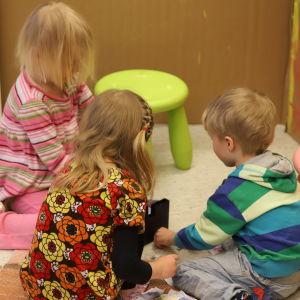 Barn leker på golvet