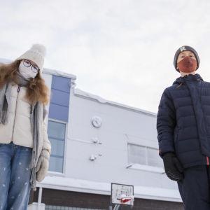 Saga Autere ja Elias Nurminen Halssilan koulun pihalla Jyväskylässä.