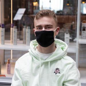 Pekka Koukku kauppakeskus Triplan pop-up rokotuspisteellä.