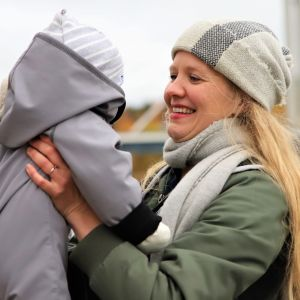 Johanna Tikkanen ja lapsi katsovat toisiaan