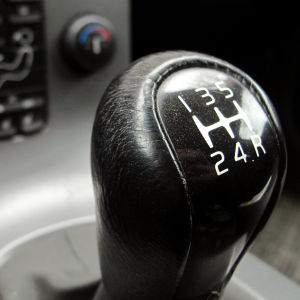 Växelspak i bil med manuell växellåda.