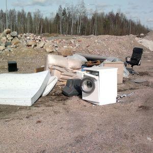 Invid en väg i Stensböle finns en olaglig soptipp.