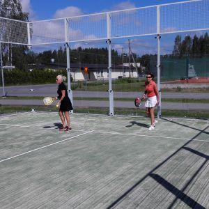 Två kvinnor spelar padel i S:t Karins