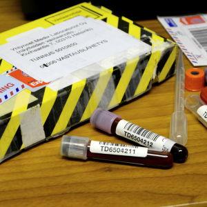 Laboratorieprov skickas i ett paket med gula och svarta ränder.