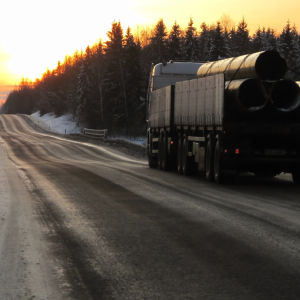 Lastbil med släp på landsväg