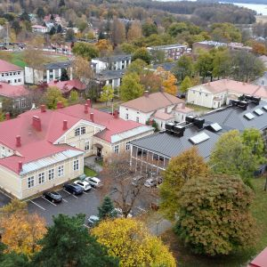 Bild tagen ovanifrån av Ekenäsgården och Ekenäs bibliotek. Till vänster i bild syns den gamla sjukvårdsskolan.