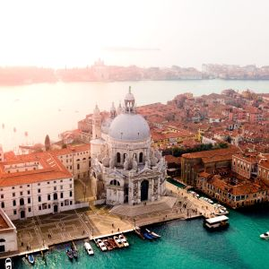 Ilmakuva Venetsiasta auringonlaskun aikaan.