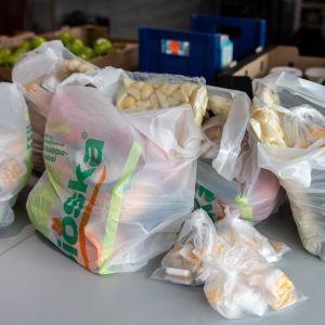 Ruoka-apua jaetaan Ivalossa.