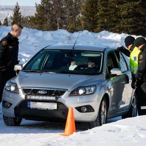 Rajavalvontaa Suomen ja Norjan rajalla Karigasniemessä 2.4.2020.