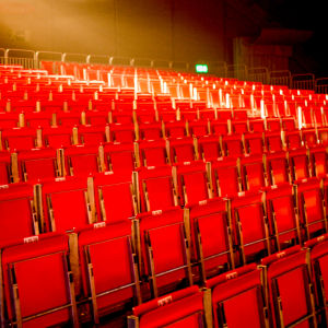 Tom läktare, många röda stolar.