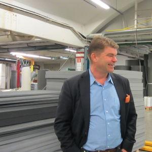Vd Peter Hammarberg i samspråk med huvudförtroendeman Antti Pitkänen