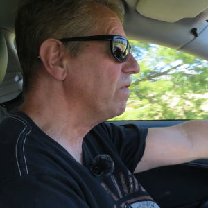 Christer Kantola i sin bil på Solfvägen.