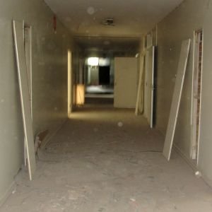 Korridor i en övergiven byggnad.