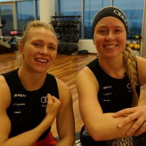 Noora Ruskola (vas.) ja Mikaela Wulff hymyilevät kameralle.