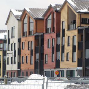 Flera färggranna höghus på rad.