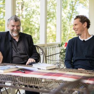 Kauko Röyhkä ja Juha Itkonen istuvat terassipöydän ääressä.