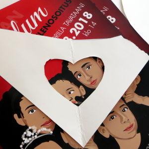Affisch som är täckt med en schablon.