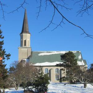 Hangö kyrka i vinterskrud.