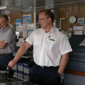 Lotsen Uffe Bergman med kapten Ingar Neerland ombord på Black Watch