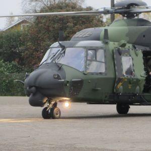 Carl Haglund stiger ur helikopter